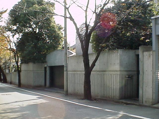 この邸宅が三田佳子邸です。「売り」に出すとか・・・